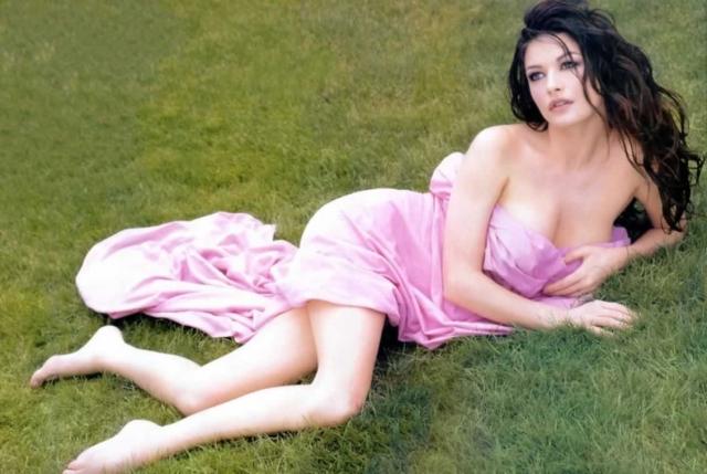 Catherine Zeta скучает голышом