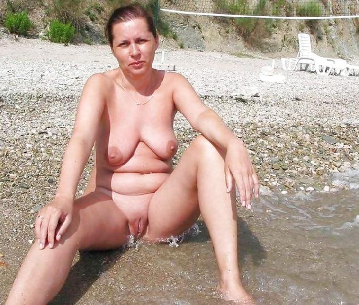 На пляже с голыми сиськами