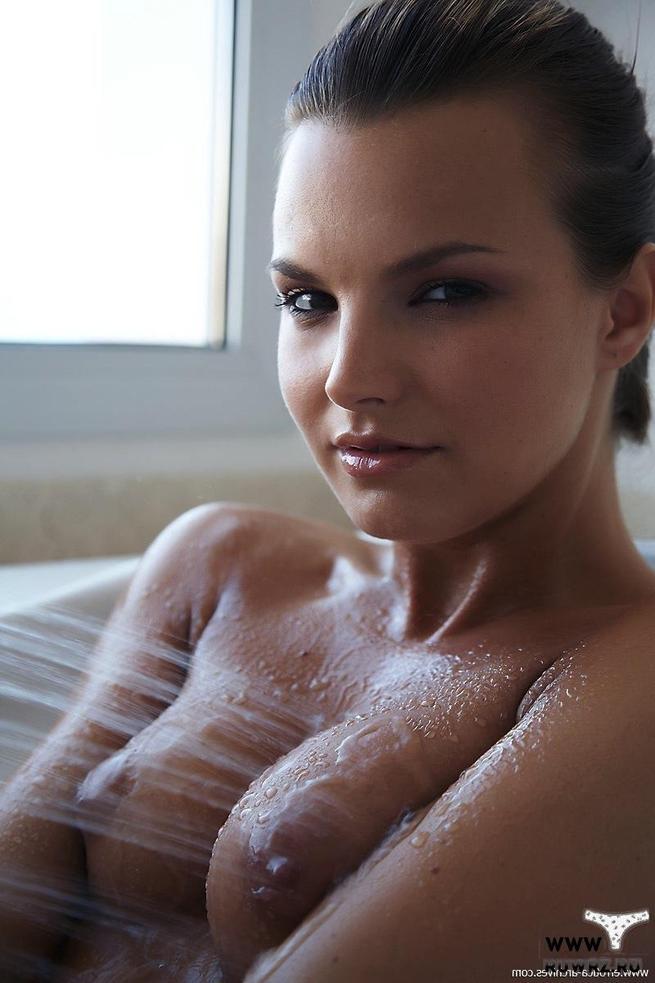 Порно картинки Соски торчат под струей воды скачать бесплатно