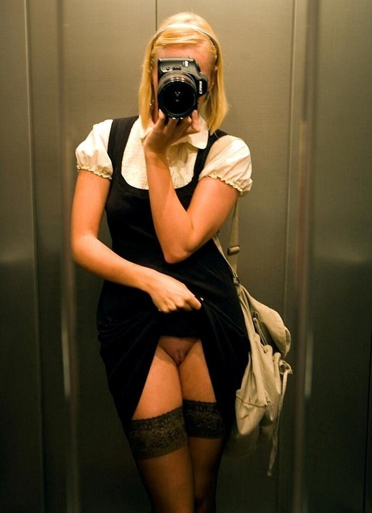 Сфоткала свою голенькую киску в лифте