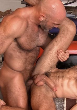 Большие мужики занимаются анальным сексом