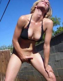 Сексуальная блондинка дрочит на природе