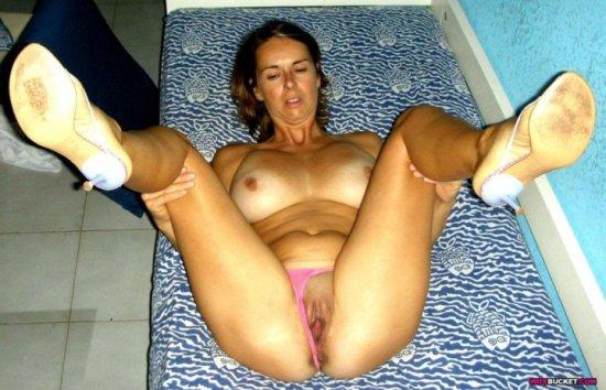 Раздвинула ножки