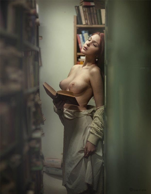 Читает книгу с голыми сиськами