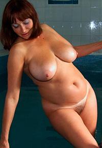 Пышная красотка в бассейне