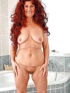 Зрелая в ванной