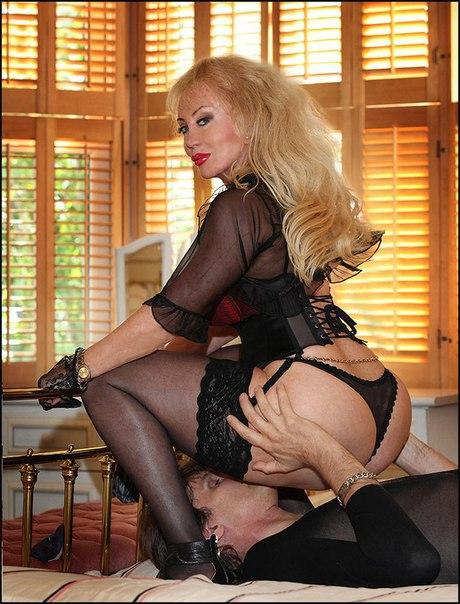 Фейсситтинг, под шикарной зрелой блондинкой