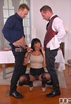 Зрелая дамочка с двумя членами