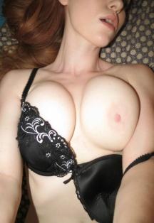 Худышка хвастается большой грудью
