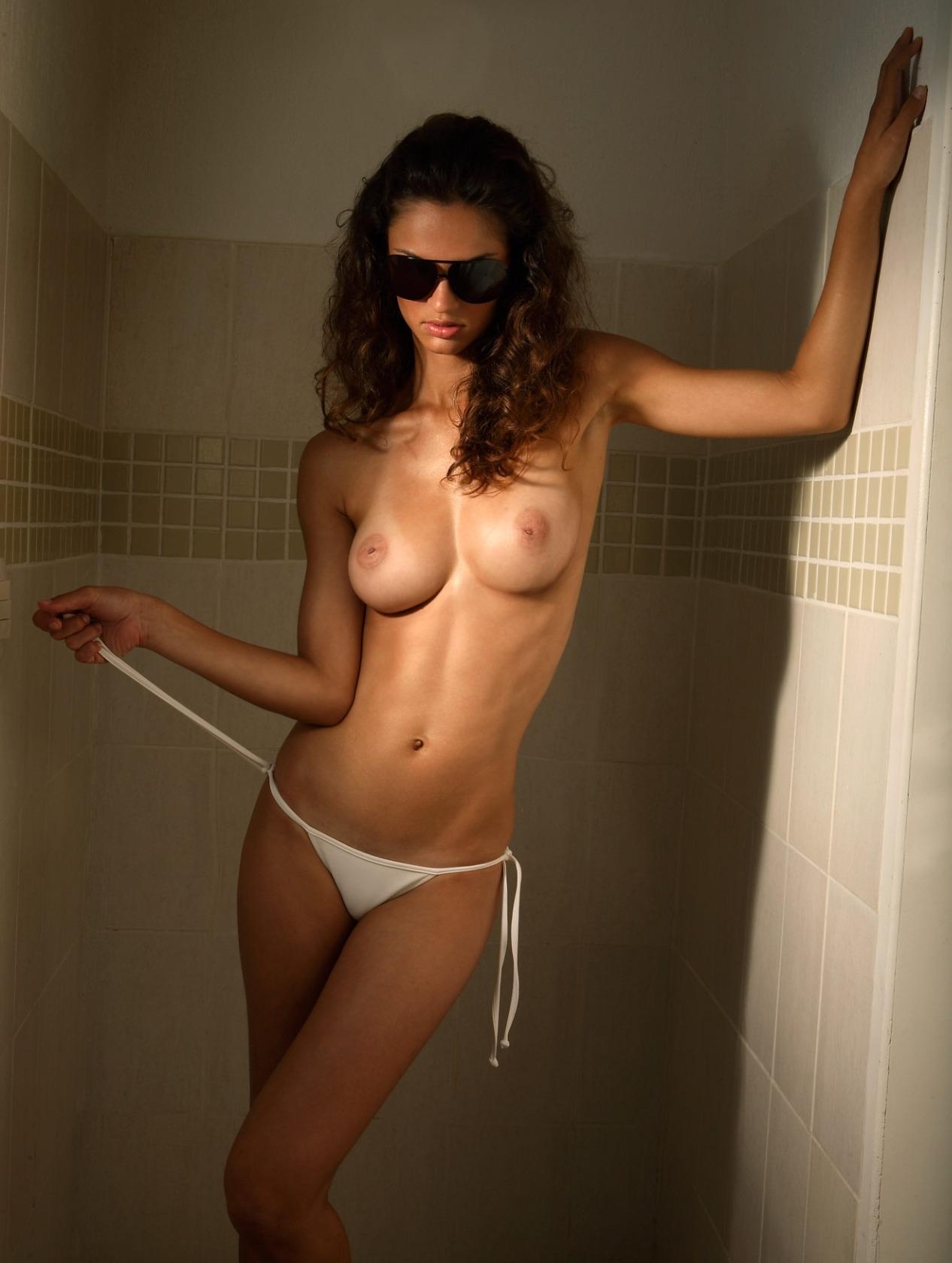 Надела очки и показала грудь