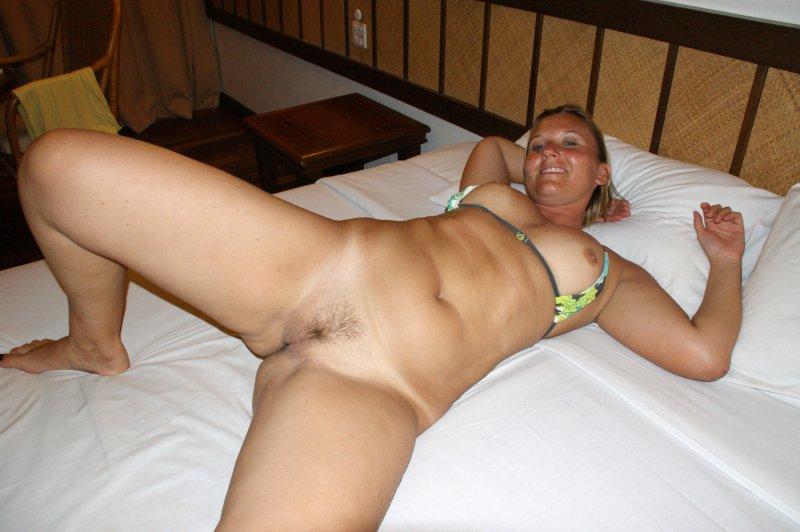 Голая дама на кровате