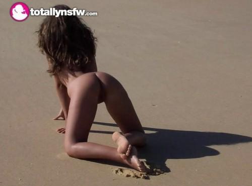 молодая на песочке