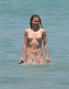 Виктория Боня голышом на море