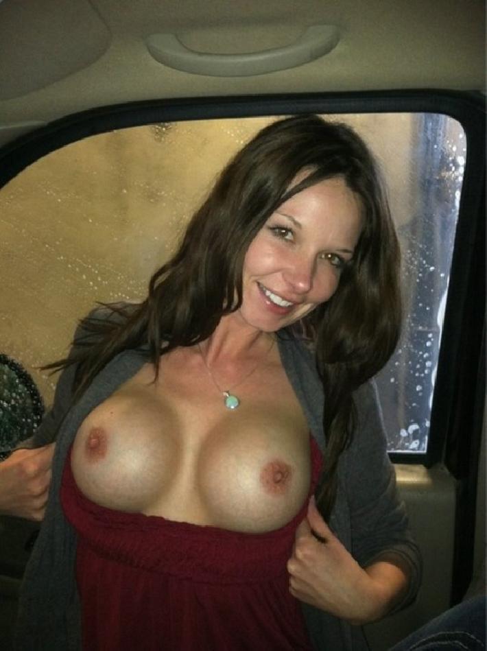 Показала сиси в машине