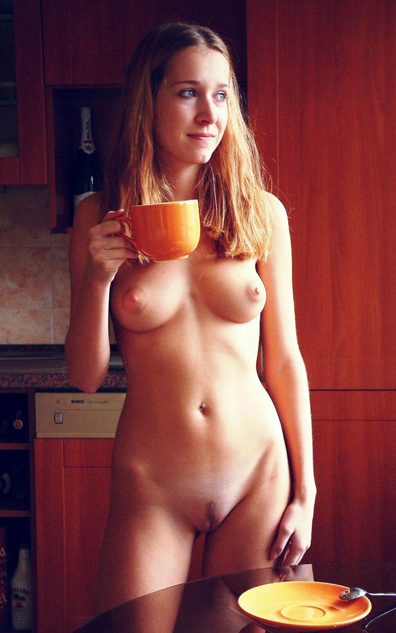 Раннее утро голой девушки