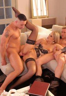 Шикарная блондинка пригласила в гости двух парней