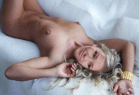 Порно картинки Героиня ранеток показывает сиськи скачать бесплатно