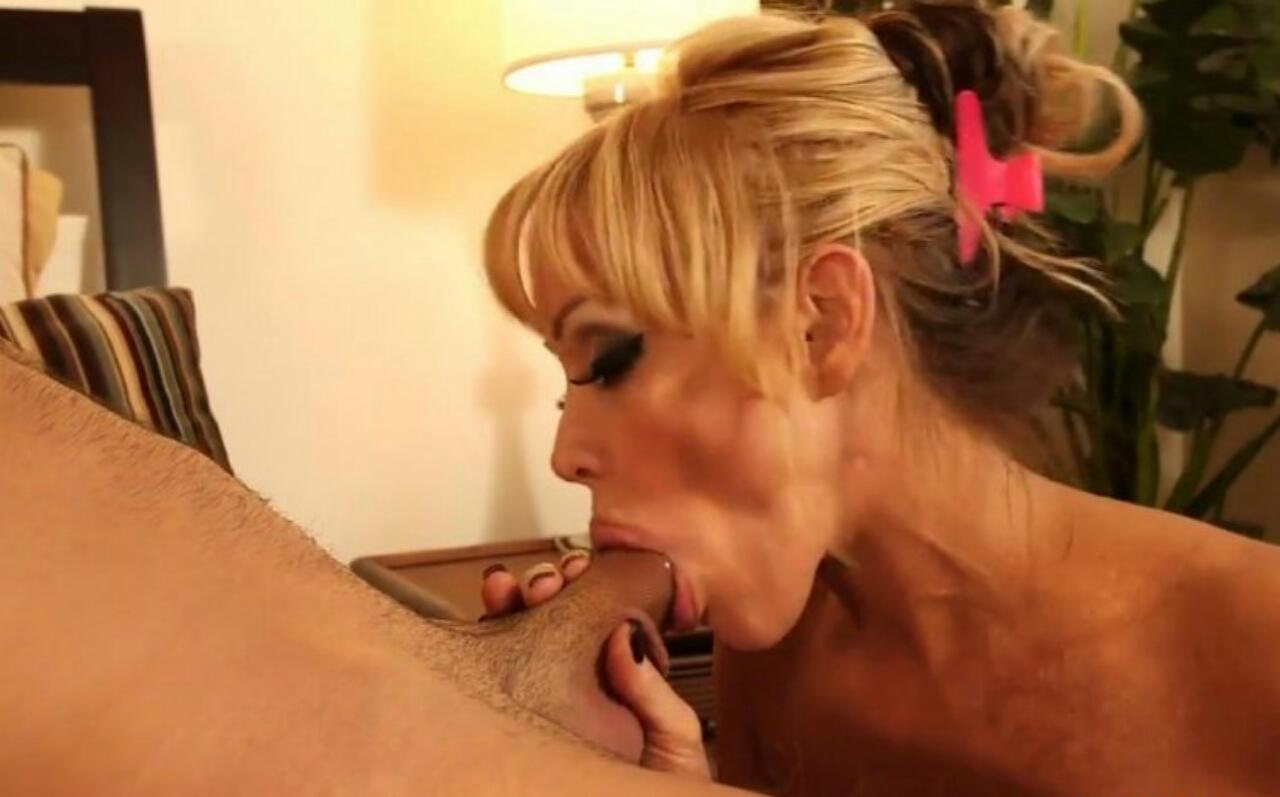 Порно картинки Нимфоманка взяла в рот у сына скачать бесплатно