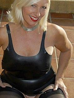 Блонда в кожаном белье