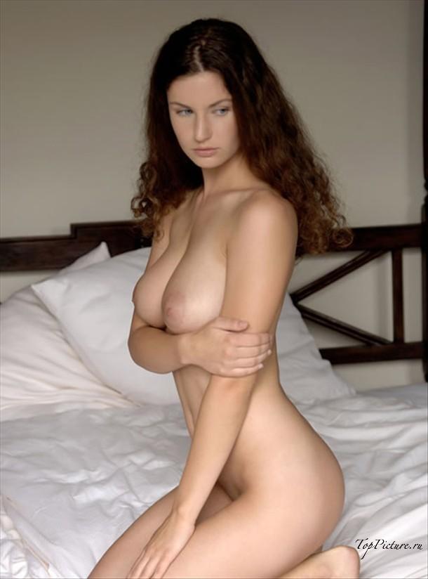 Показала в постели свою грудь