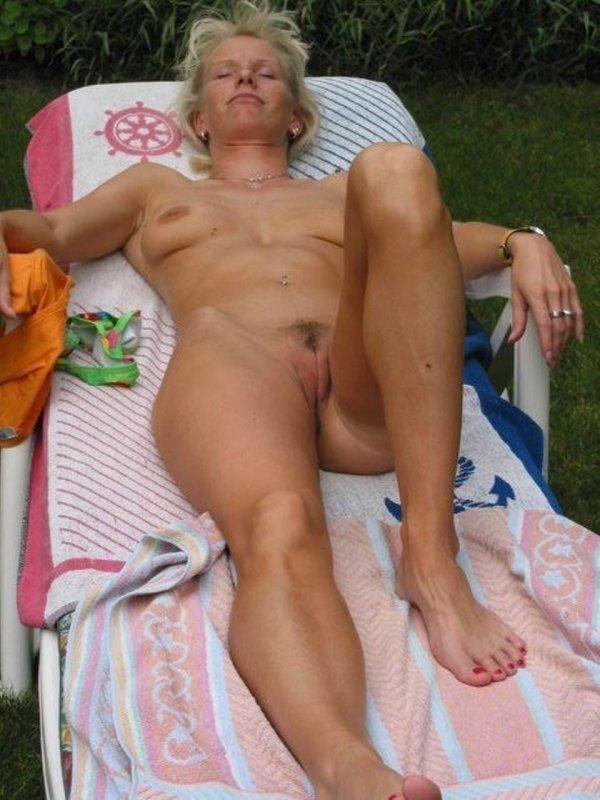Порно картинки Загорает зрелая сучка скачать бесплатно