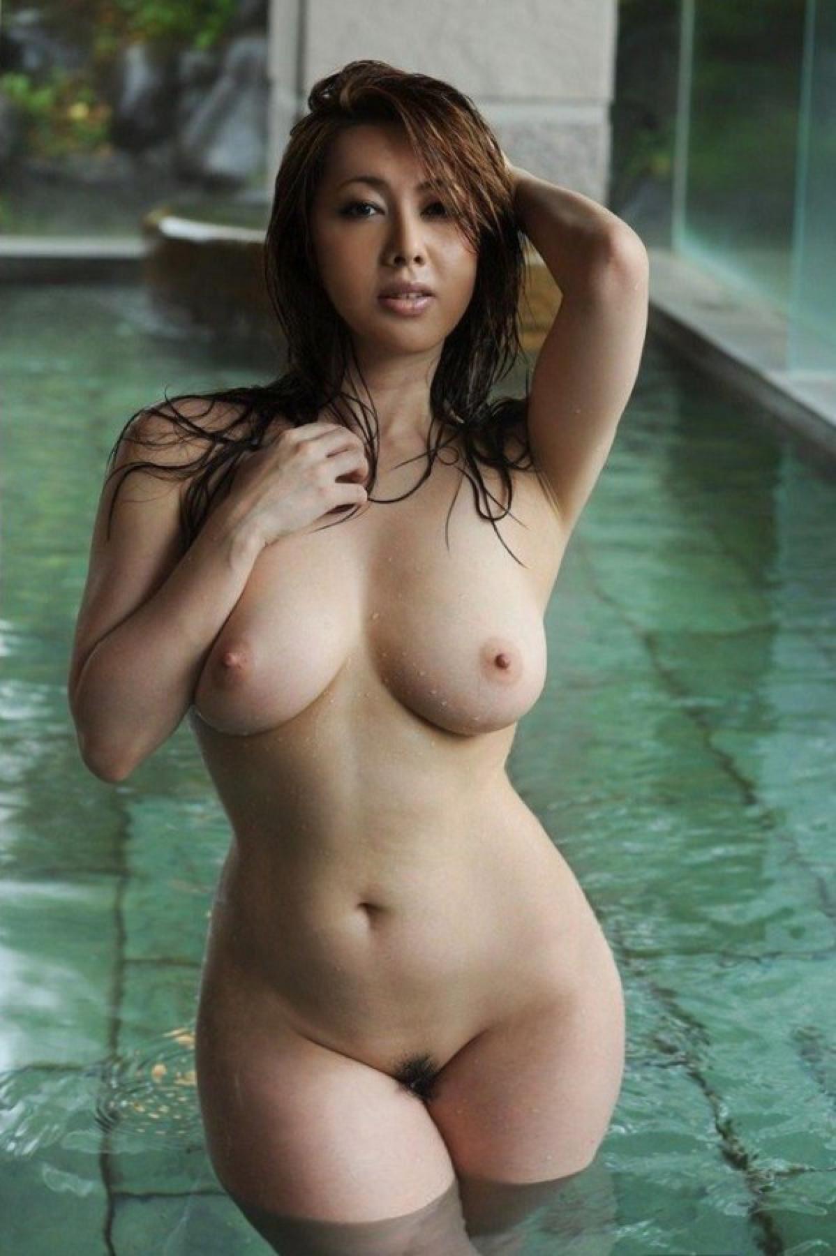 японка в бассейне