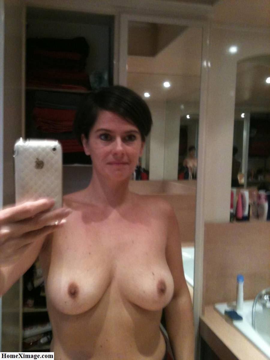 Сисятая телка обнажает грудь для частного фото