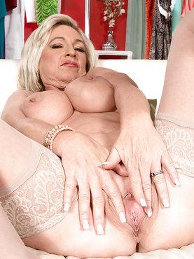 Сексуальная зрелая блондинка мастурбирует