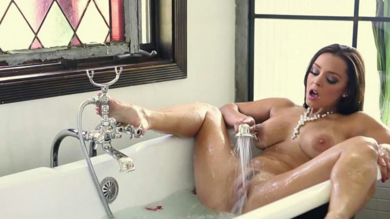 Мастурбирует себе душем в ванной