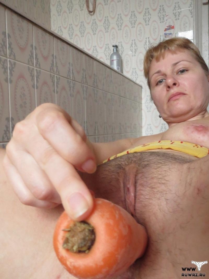 Одинокая дама мастурбирует морковью