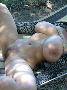 Шикарные сиськи зрелой соседки