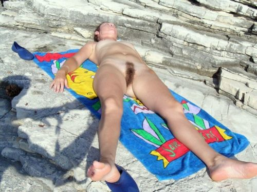 Порно картинки Уснула на пляже с не бритой пиздой скачать бесплатно