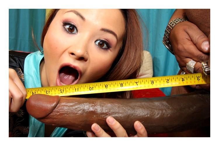 Азиатка меряет огромны пенис