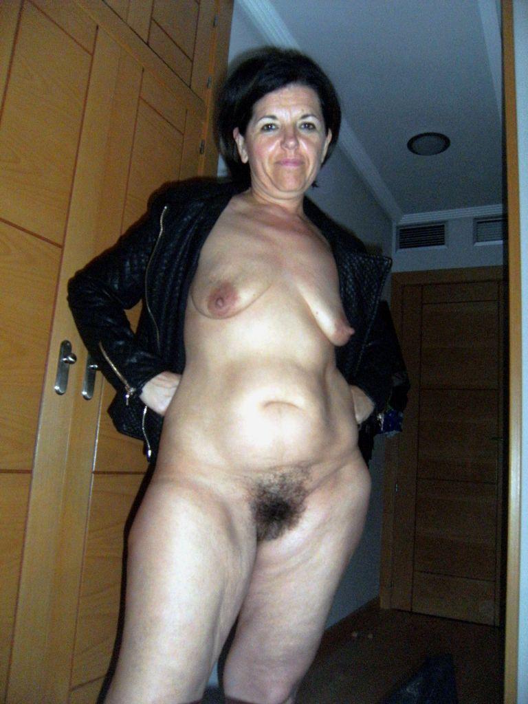 Женщина в черной курточке без трусиков