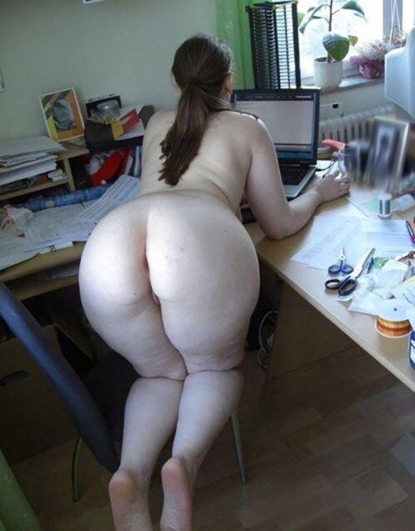Жопастая жена за компом