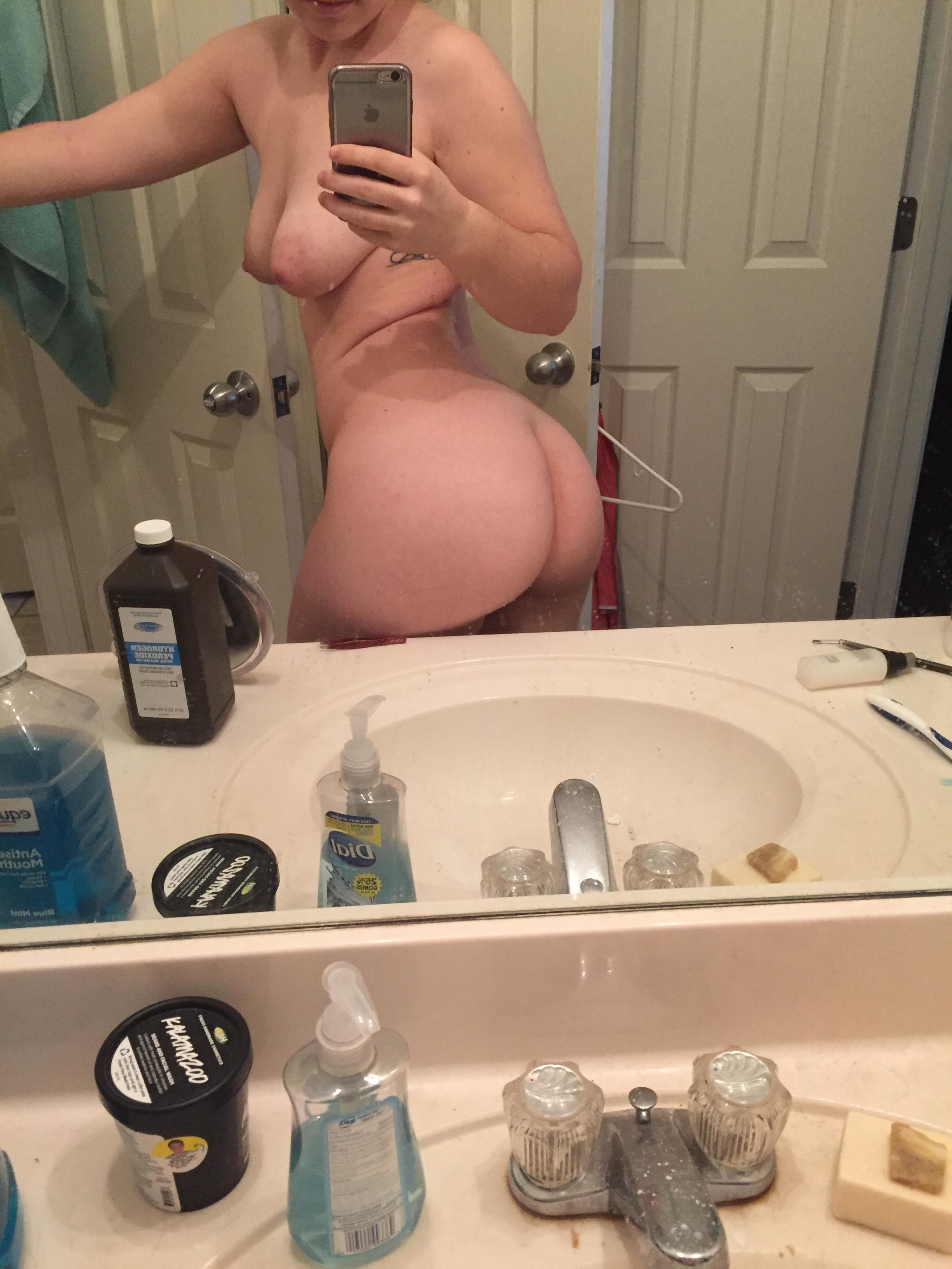 Фотографирует жопу в ванной