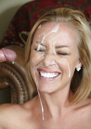 Радуется сперме на лице