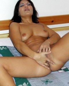 Сексуальная Вика ласкает свою пизду