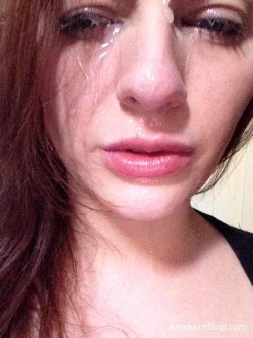 Плачет со спермой на лице