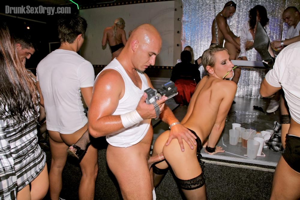 Порно картинки Трахает раком на барной стойке скачать бесплатно