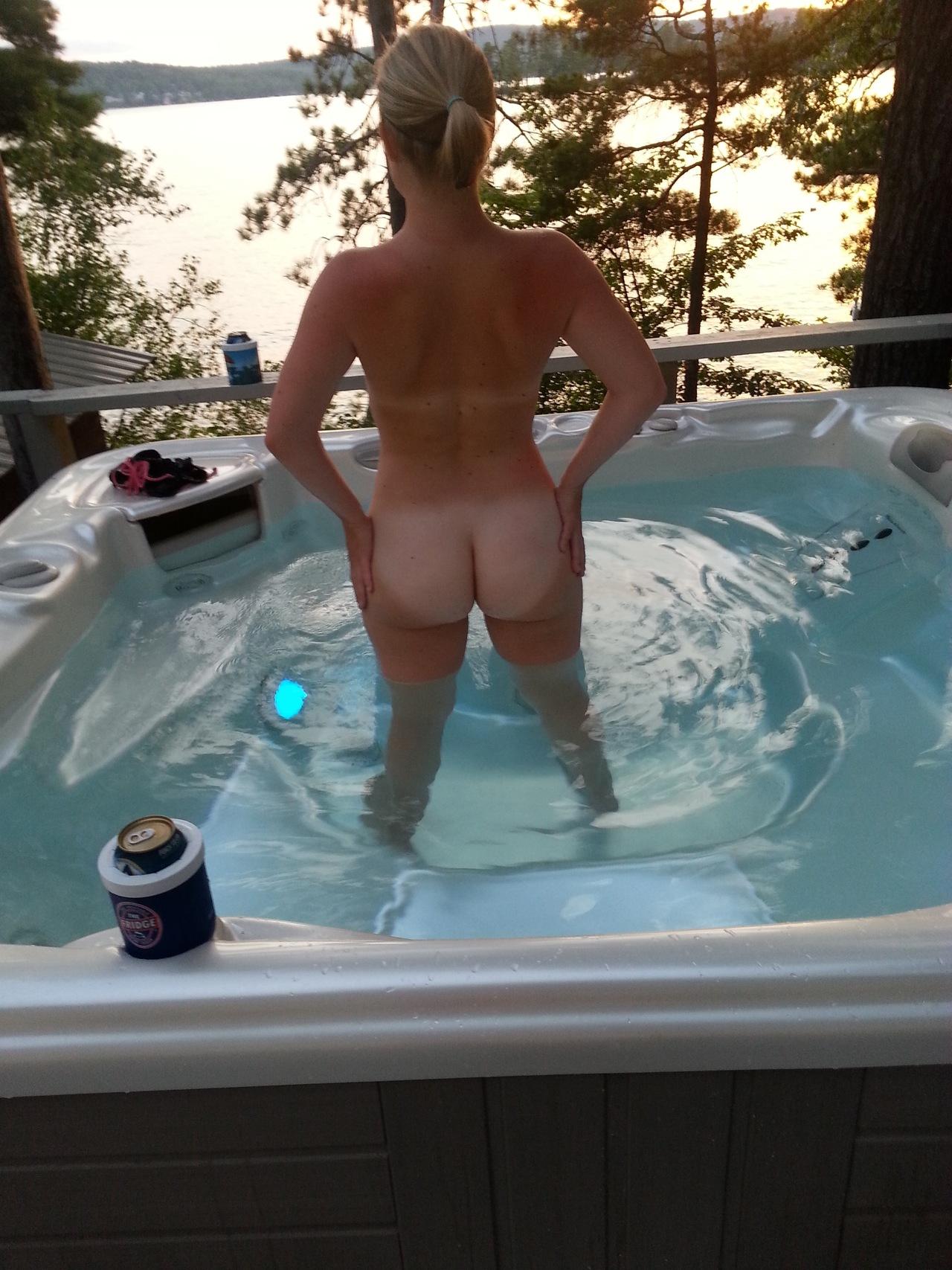 Голый попец мадам в бассейне