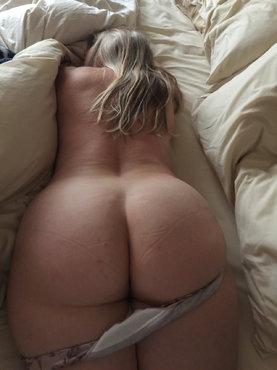 Попка спящей блонды