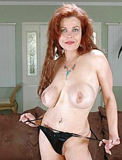 Зрелая красотка показала грудь