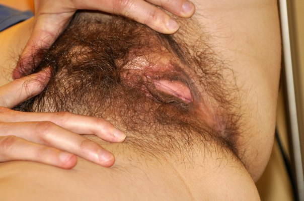 Одинокая шалава задрала свои половые губки на камеру