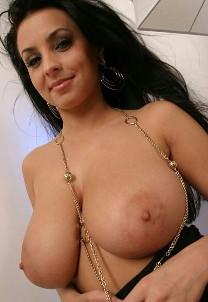 Красотка показала грудь