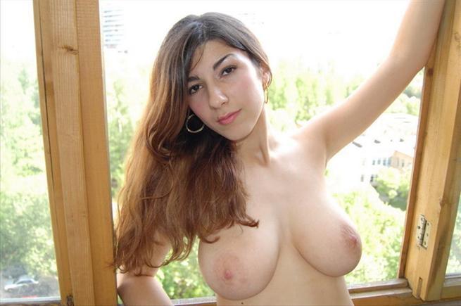Порно картинки Показала сиськи на балконе скачать бесплатно