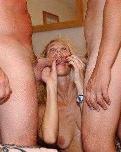 Порно картинки Отец с сыном трахают в рот свою маму скачать бесплатно