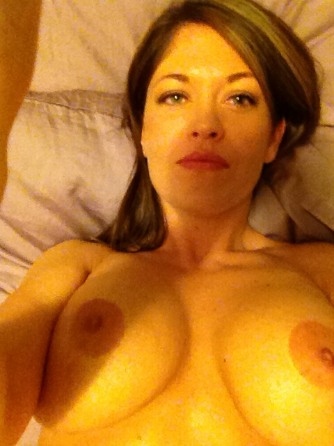 Порно картинки Задумчиво и плоско сфотографировала свои сиськи скачать бесплатно