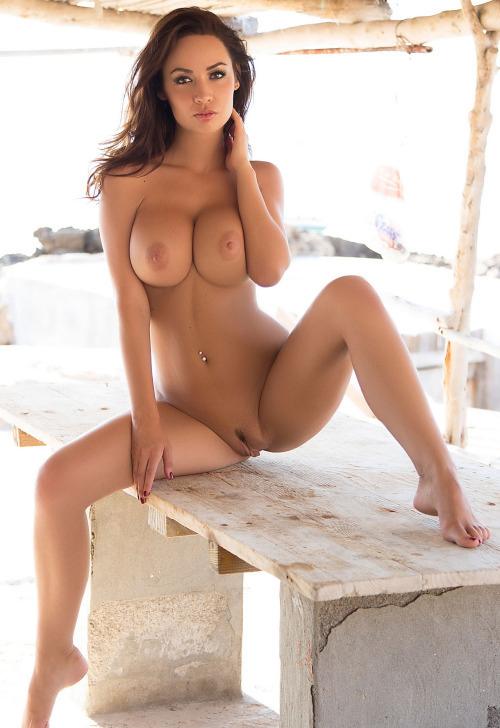 Голая девушка с четкими сиськами