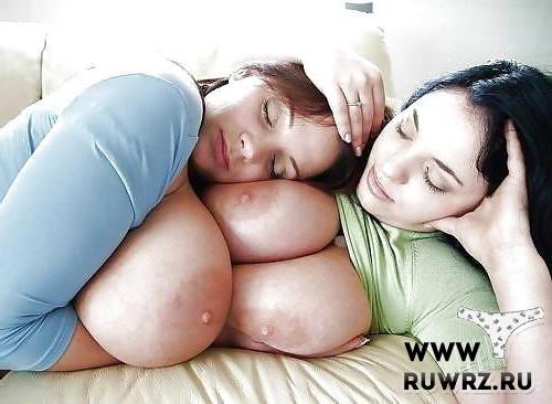 Спит на голой груди подруги